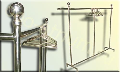 Пристенное латунное вешало , изготовлено из латунной трубы D30. Плечики из латунного прутка.